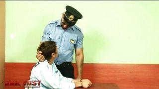 Menino muito ruim fodido por policial gay brutal