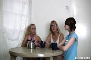 Adolescente loira suga um pau na cozinha