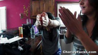 Charley chase recebe uma pequena ajuda anal