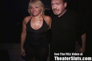 Milf gangbanged em um teatro pornô