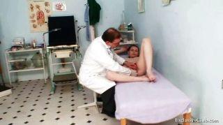 Busty babe gyno exame por sujo médico ancião