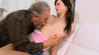 Jenya adora ser fodido por homem velho impertinente