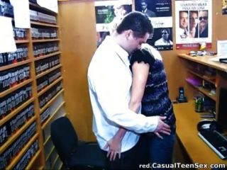 Sexo rápido em uma loja de dvd