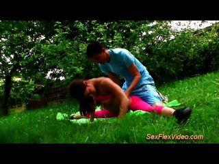 Sexo com uma ginasta real flexível na natureza
