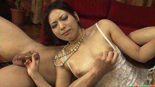 Linda garota em lingerie sexy amordaçando dois ha
