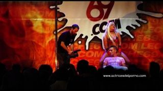 Jenny um show de strip no festival erótico