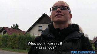 Publicagent loira loira em óculos fode