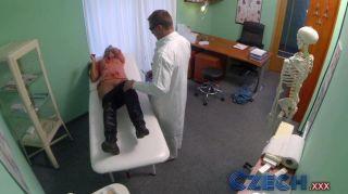 Doutor checo examina intimamente uma esposa