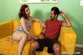 Adolescente redhead dá um topless handjob