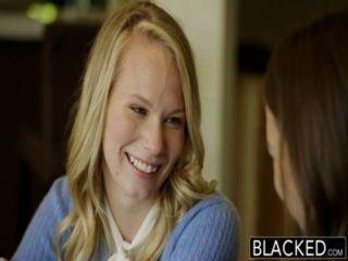 Enegreceu duas meninas adolescentes compartilhar um bbc enorme