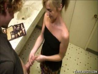 Loira recebe um cumblast no banheiro