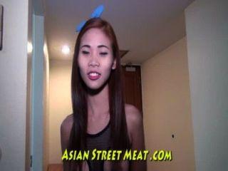 Petite asiática sweetie adora galo estrangeiro
