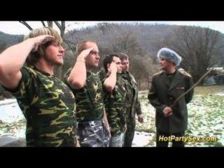 Orgia militar de bukkake