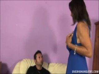 Busty milf sacode um pau no sofá