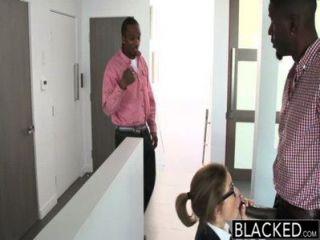 Trindade adolescente preta com dois piolhos monstro