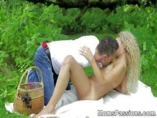 Moms passions fuck romântico em um cobertor de piquenique