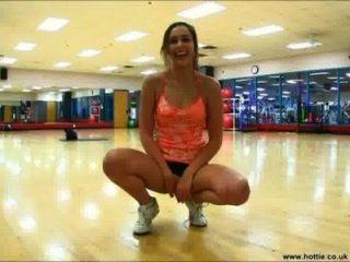 Namorada fica excitada no ginásio