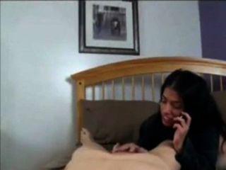 Mãe conversa com papai no telefone enquanto fode com filho