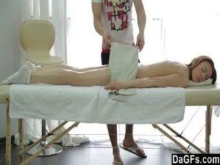 Uma menina perfeita em uma tabela de massagem