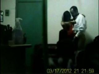 Chefe indiano fodendo seu escritório meninas em sexo de grupo na cabine