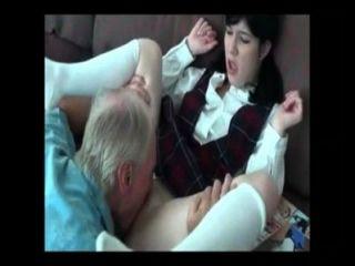 Pai ensinando pra filha