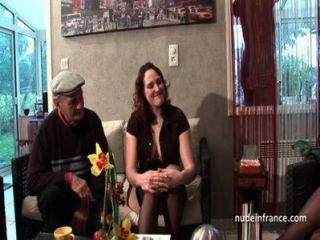 Ffm dois morena francesa partilha um velho galo homem de papai voyeur