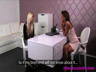 Blonde incrível atinge um acordo sexual com agente insaciável