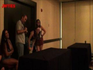 Afortunado é super ticklish ao vivo no fetishcon 2013 hd