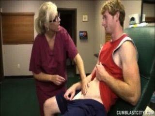 Enfermeira loira tem um duche cum