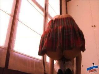 Booty adolescente aspirando seu bichano na saia da escola!Melhor cidade
