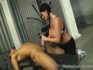 Sophie dee do slut da ginástica toma um galo preto grande em seu burro na ginástica!