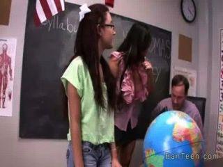 Adolescente com óculos dá handjob em trio