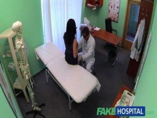 Fakehospital nenhum seguro de saúde faz com que o paciente tímido pague