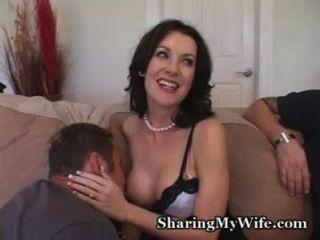 Dona de casa é tímida no início ...