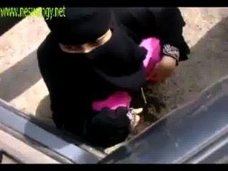 Meninas indianas muçulmanas mijando em lugar aberto