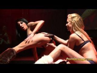 Show de sexo lésbico público selvagem