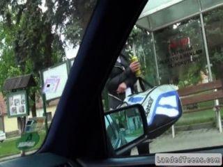 Estranho pega e fode cute adolescente no carro