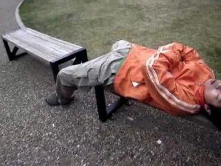 Japonês brincando com dormindo gajos caras em público