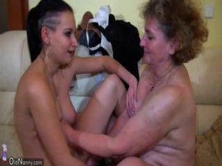 Granny masturbate com jovem casal na cama oldnanny