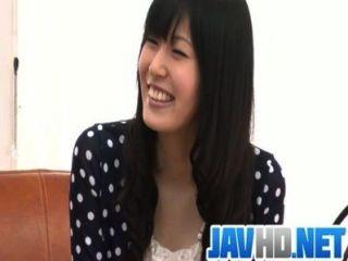 Nozomi tira nu e dá um blowjob asiático
