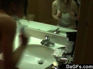 Minha namorada filmada enquanto ela se masturba no banheiro