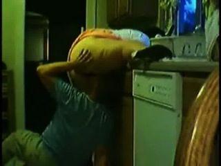 Esposo prende uma mulher na cozinha esposa ardiente na cozinha