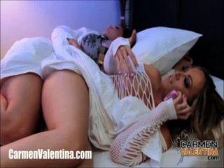 Carmen valentina dedos sua buceta ao lado de seu amigo dormindo!