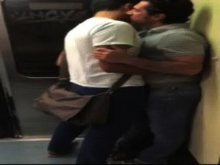 Besos no metro (sem porno)