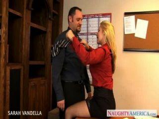 Sexy sarah vandella dá sexo oral