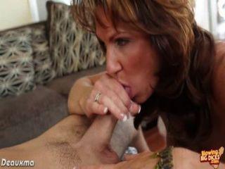 Busty brunette pornstar soprando um pau grande