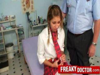 Doutor velho do bichano trata uma menina da escola rachel evans