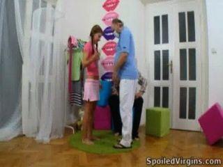 Anna está prestes a ter relações sexuais com o seu homem mais velho