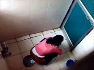 3 meninas da faculdade pissin no banheiro da faculdade famosa de mumbai