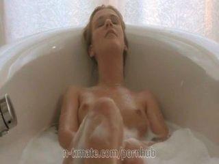 Cristal alexis está se masturbando no banho